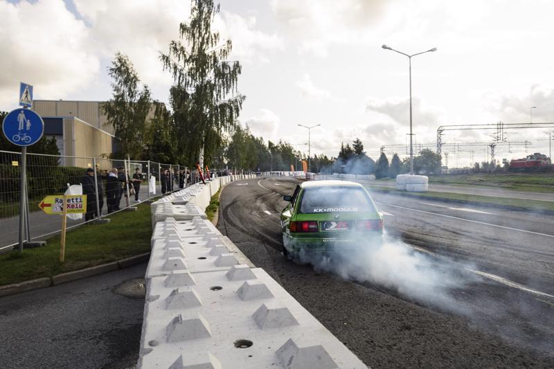 Yleisöä on kerääntynyt jo aamupäivästä lähtien Kokkolan Rautatienkadun varrelle seuraamaan drifting-autojen vauhdikasta menoa.