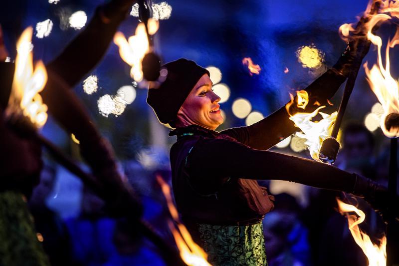 Taikatulet -ryhmän pilke silmäkulmassa tehty ohjelmanumero yhdisti menevän musiikin ja näyttävät asut taitavaan tulivälineiden käsittelyyn.