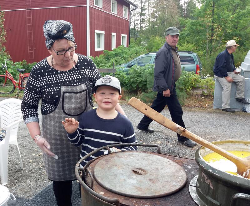Pirjo Kiiskilällä on pitkä kokemus muikkusoppatykiltä. Kainaloon pääsi kiireisenä päivänä tyttärenpoika Tiitus Myllylä.