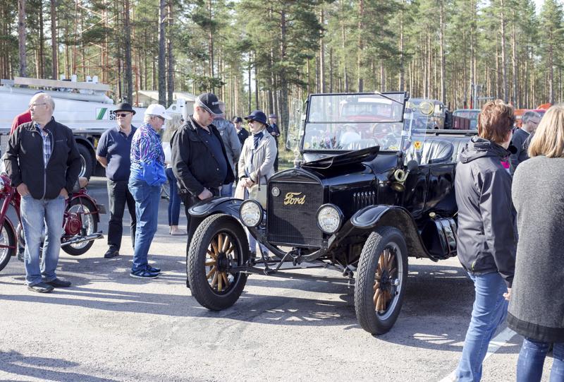 Kalajoen Hiekkasärkkien ABC-myymälän pihassa sai ihastella Auton päivän veteraaniautoja, joista vanhin oli Ford Model T Touring vm-1924.