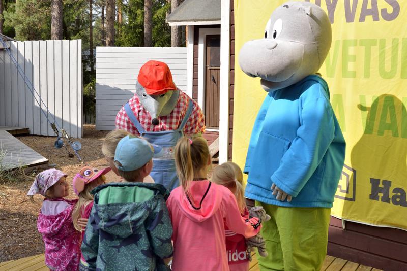 LASTEN VENETSIALAISET KALAJOELLA. Maskotit Topias-Myyrä ja Hanna-Hippo toivottivat lapset tervetulleiksi Lasten Venetsialaisiin Kalajoen kesä-teatteriin.