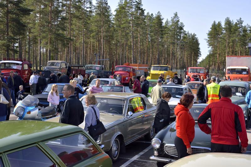 AUTOVANHUKSET KIINNOSTIVAT. Auton päivä -tapahtuma Kalajoella tarjosi jokaiselle jotakin, sillä parkkiruuduissa komeili muun muassa vanhoja Fordeja, Volvoja, Mercedes Benzejä ja Sisuja.