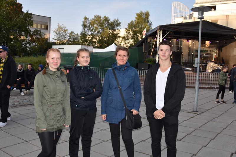 Venetsialaistunnelmasta olivat torille saapuneet nauttimaan Claudia Kaakinen (vasemmalla), Elina Kaakinen, Katja-Maaria Kaakinen ja Jonathan Leikkola.