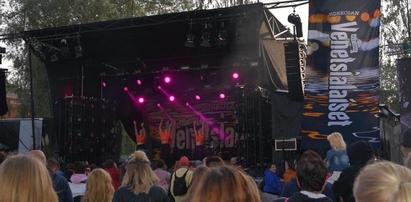 Lavalla esiintymässä himankalainen AeroDance-tanssiryhmä.