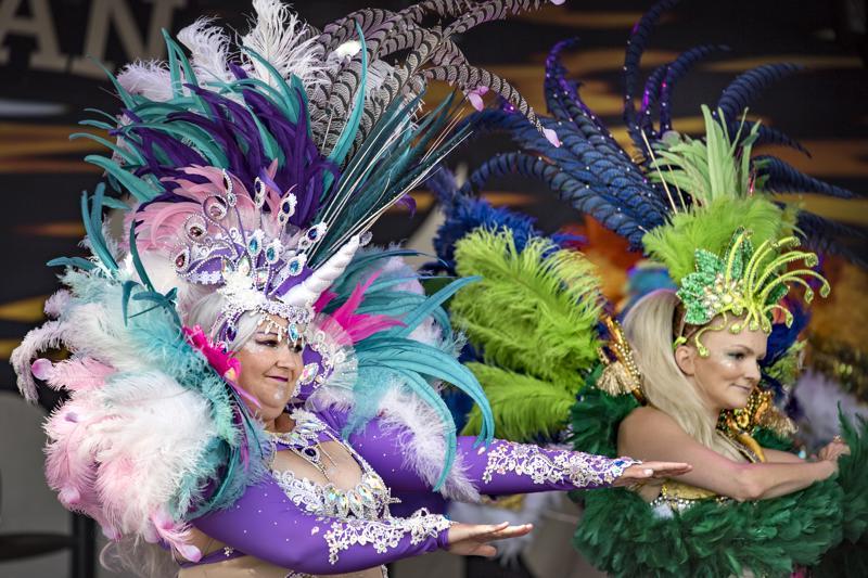 VÄREJÄ JA RYTMEJÄ. Kokkolalainen sambakoulu Samba el Gambo piristi torin lauantaipäivää. Useasti Helsinki Samba Carnavalissa palkintosijoille päässyt Samba el Gambo on tuttu vieras Kokkolan tapahtumissa.