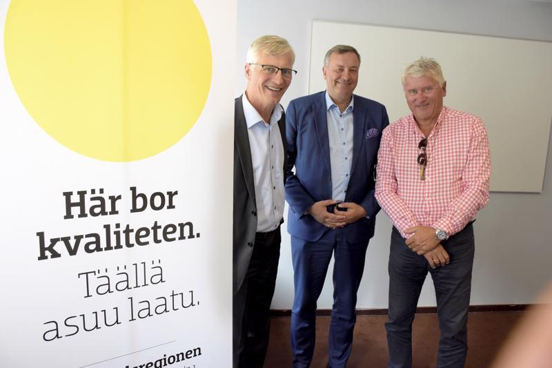 Jarl Sundqvist Concordiasta, Kjell Skoglund suomalais-ruotsalaisesta kauppakamarista ja Martin Alhberg Finess Promotionsista lähtevät viemään Pietarsaaren seudun hyvistä puolista viestiä Tukholmaan.