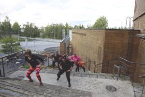 Kansantaiteenkeskuksen portaita on tämän kesän ajan käytetty myös porrastreeneissä. Etualalla maanantaina treeniin osallistuneet Marika Saastamoinen, Terhi Klemola, Jonna Haukilahti ja Jenni Alanko.
