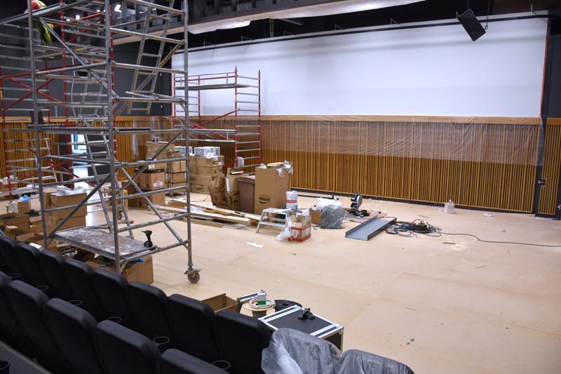 Kulttuurisali on valmistumassa. Sen näyttämö on 14 metriä leveä, ja lattia on tammiparkettia.