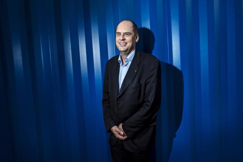 Kip Infra Oy:n tilapäisenä toimitusjohtajana toimiva Jonne Sandberg odottelee tulevaa haastattelukierrosta.