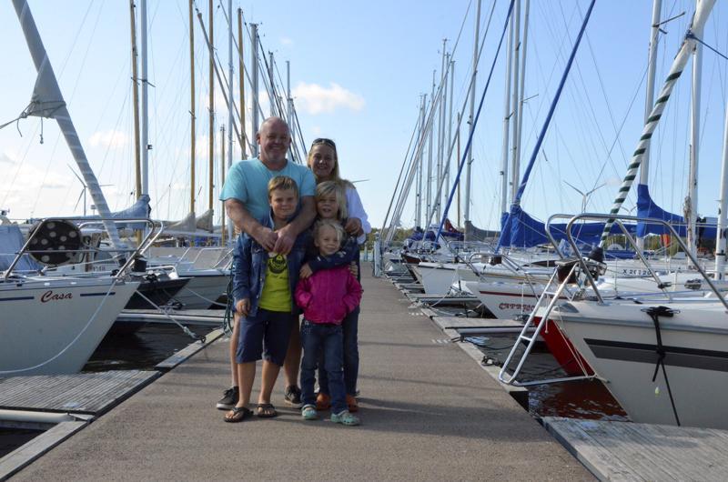 Chris Mole, Jaana Penttilä sekä lapset James, Charles ja Alice Mole vierailivat Mustakarilla. Purjehdukset eivät tosin ole koskaan sijoittuneet Kokkolan rannikolle.