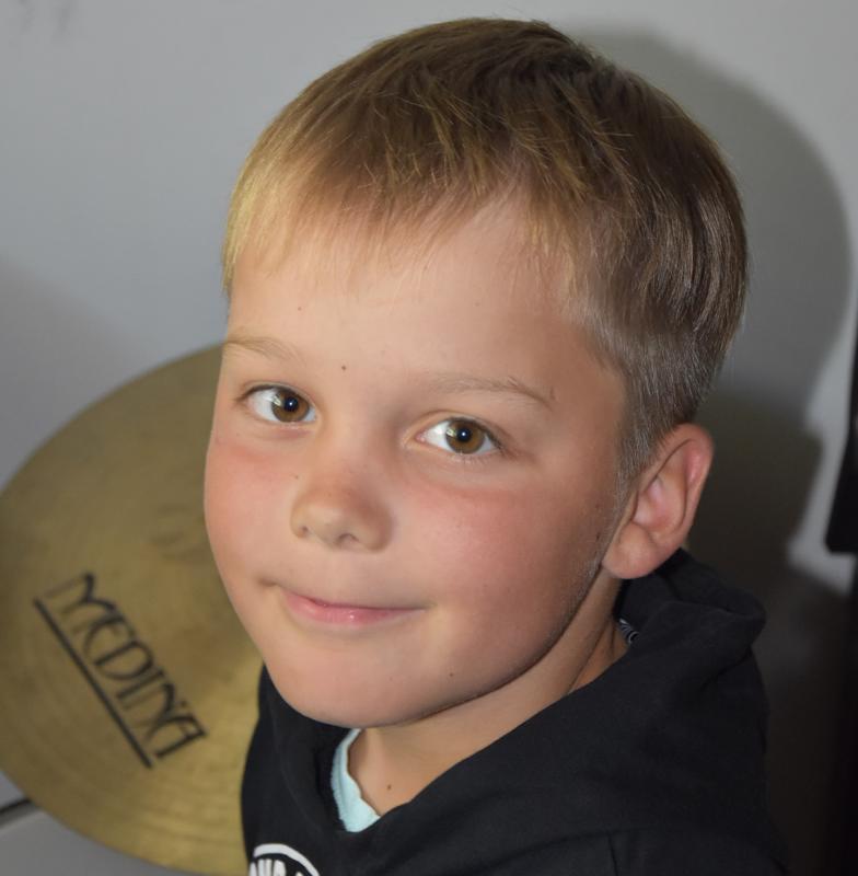 Himankalainen Eemeli Hernberg nauttii rumpujen soittamisesta.