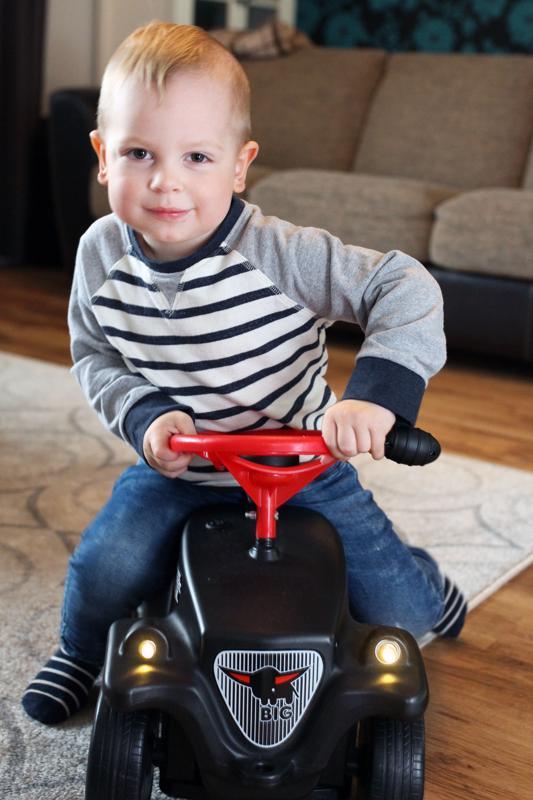 Eemistä tulee isona palomies. Hän on nähnyt oikean paloauton päivähoidossa ja harjoittelee nyt ajotaitoja omalla bemaripaloautollaan.