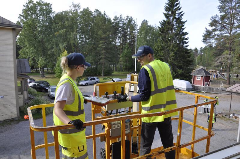 Palkittu Eskolan koulu on vahvasti osa Eskolan kyläyhteisöä. Koulu oli lähellä sijaitsevan Inwidon ikkunatehtaan hyväntekeväisyyskohteena perjantaina. Inwidon toimihenkilöt Jemiina Isokääntä ja Miika Sumela kunnostivat talkoilla koulun salin ikkunoita.