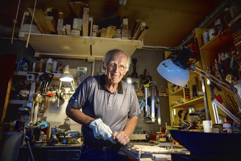 Parikymmentä kitaraa vuosien varrella rakentanut Heikki Juvonen on laajentanut harrastustaan muiden soittimien rakentamiseen. Tällä hetkellä työn alla on perinteinen norjalainen Hardangerin viulu.-Olen antanut itselleni aikaa kaksi vuotta viulun tekemiseen. Aion muun muassa maalata viulun pintaan kukkakuvioita ja kullata viulun päässä olevan eläinhahmon lehtikullalla, hän kertoo.