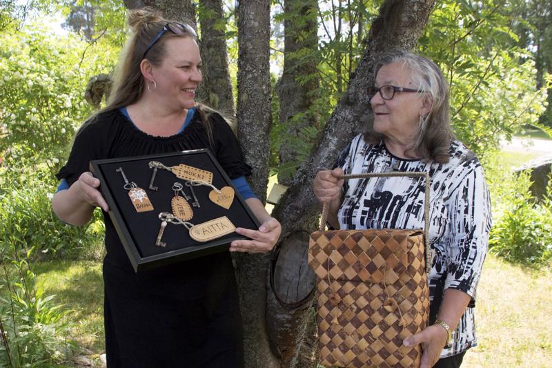 Eeva Rutasen mukaan kuka vain voi oppia tekemään tuohitöitä. Yhdessä tyttärensä Jaana Öljymäen kanssa hän on laatinut aiheesta kaksi opaskirjaa. Kolmaskin on jo ideointivaiheessa.