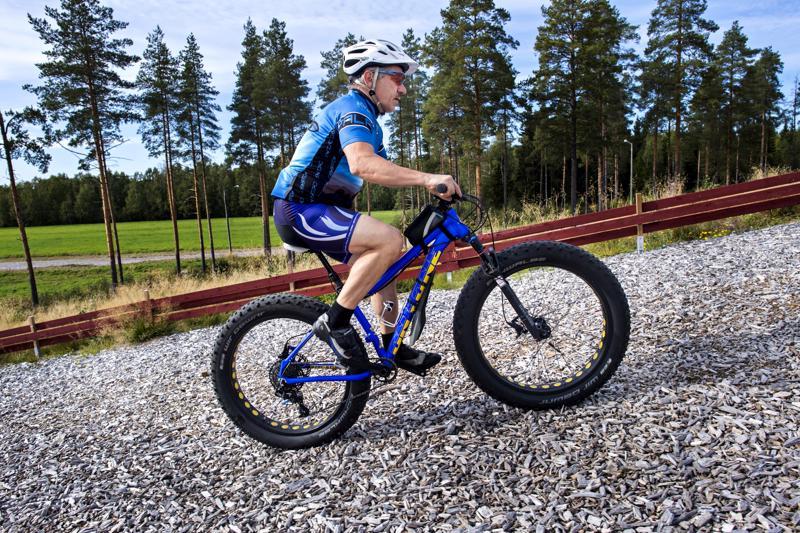 Alpo Vuorenmaa ja fatbike. Kitinkankaalla sijaitsevalta hiihtostadionilta lähtevää maastopyöräreitistöä on rakennettu ajan kanssa.