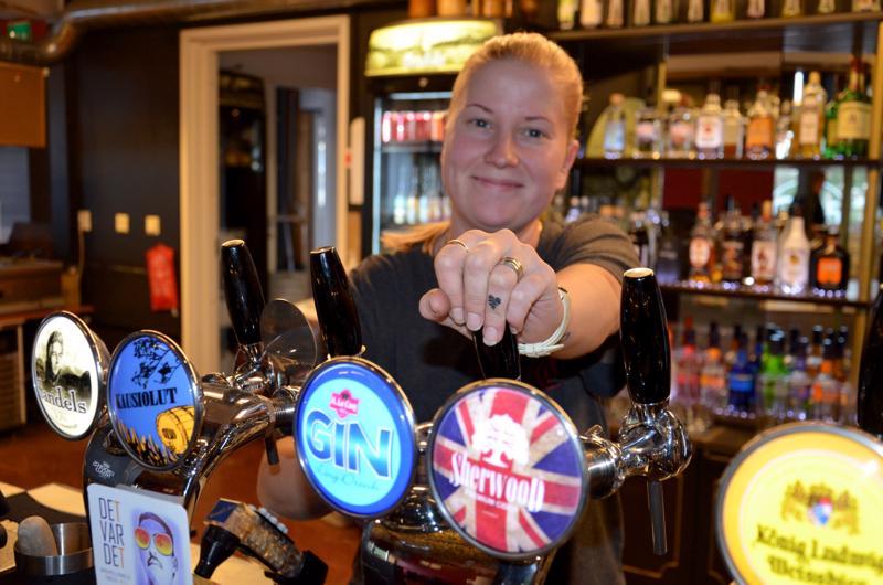 Johanna Salmela laski juomaa K25:n avajaisissa. Ravintola profiloituu hyvään pienpanimo-olut tarjontaan.