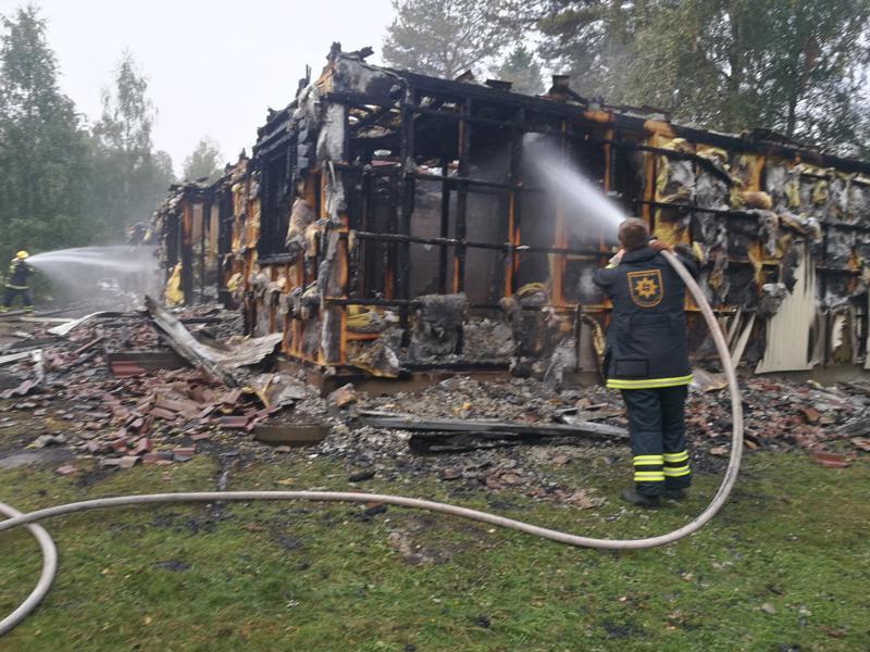 Palopaikalla tehtiin jälkisammutustöitä sunnuntaiaamuna.