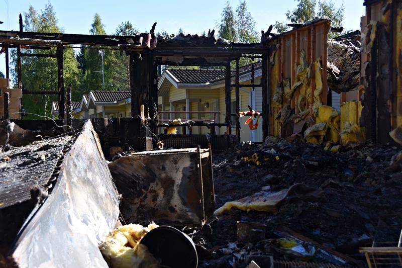 Neljän asunnon rivitalo tuhoutui tulipalossa täysin, mutta pelastuslaitos sai estettyä tulen leviämisen viereisiin taloihin.