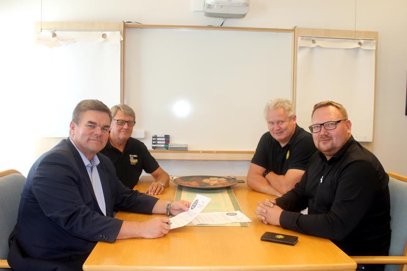 Alpo Ohtamaa ja Tiikereiden hallituksen puheenjohtaja Pentti Siermala allekirjoittivat yhteistyösopimuksen. Takana Tiikereiden Lauri Heikkilä ja Jussi Jokinen olivat myös mukana neuvotteluissa.