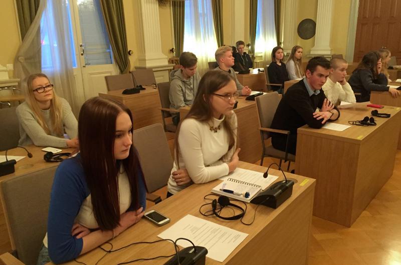 Pietarsaaren nuorisovaltuusto toivoo kaupungilta konsteja, joilla muualle lähtevät opiskelijat saataisiin pysymään kotikaupungin kirjoilla.