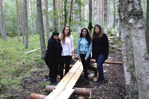 Anjali Luxembourgista, Niki Unkarista, Rania Italiasta ja Kim Luxembourgista oppivat tekemään pitkospuut. Nuoret asuvat Perhon opiskelija-asuntolassa lokakuuhun saakka ja kunnostavat 18 vaihto-oppilaan ryhmän kanssa Hirvaan kierroksen kohteita.