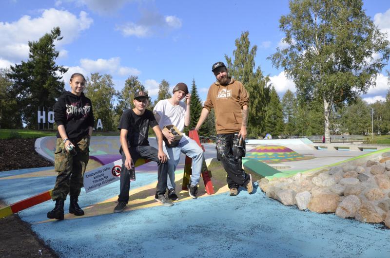 Meja Prest, Henri Lampela, Jami Paananen ja Tomi Rajala kuuluivat työpajaan, joka toteutti Brita Marian puiston graffitin.
