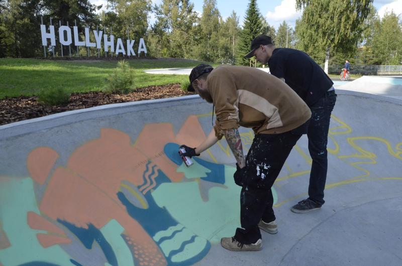 Tomi Rajala ja Henri Lampela täydensivät viime viikolla graffitin suojele-osuutta.