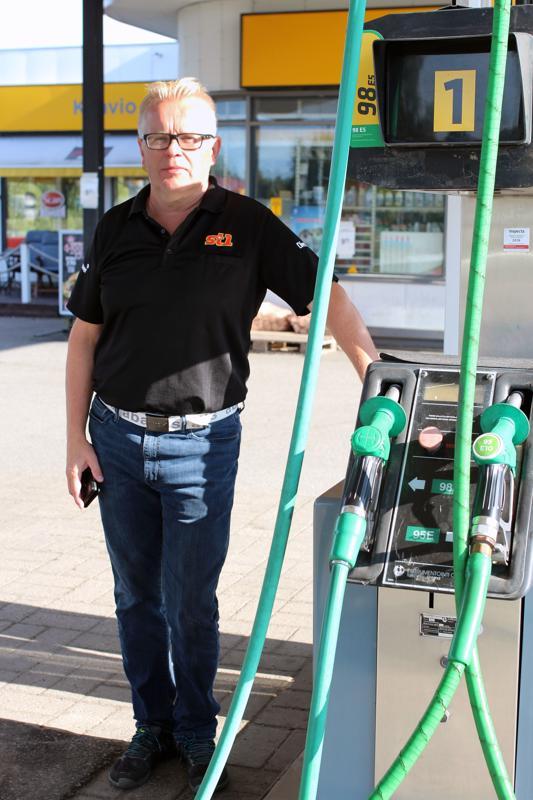 Asko Kärjän työuran aikana kaikki on muuttunut valtavasti: bensa pumpataan kuitenkin vielä samoista mittareista.