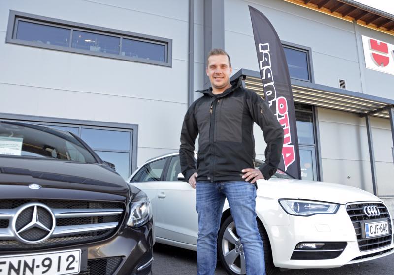 -Hyviä ja siistejä laatuautoja voi myydä missä vain, nivalalainen autokauppias Petri Rajaniemi sanoo.