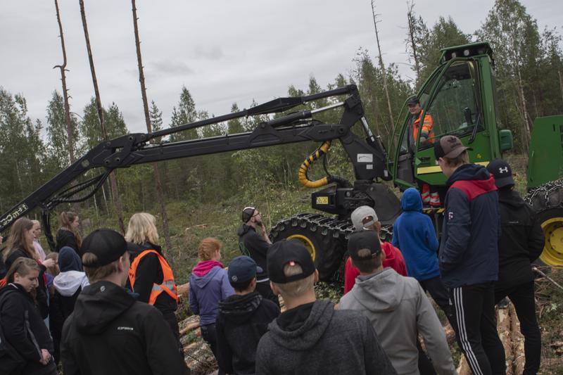 Kahdeksasluokkalaiset pääsivät sekä seuraamaan metsätyökoneen toimintaa päätehakkuualueella että jututtamaan sen kuljettajaa.