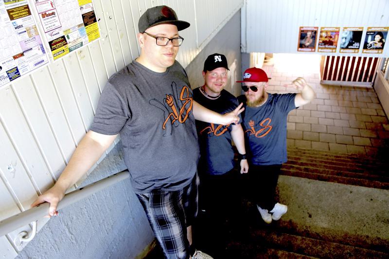 """KKS eli Miika Känsäkangas, Tuomas Kuorikoski ja Kalle Väliheikki esittävät perjantaina ensimmäistä kertaa livenä Youtubessa julkaistun """"Kaustisen kesään""""-räpin."""