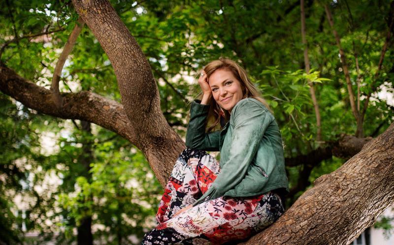Mirkka Paajanen on levyttämässä edesmenneen Toni Edelmannin lauluja, joiden tekstit hän on suomentanut itse.