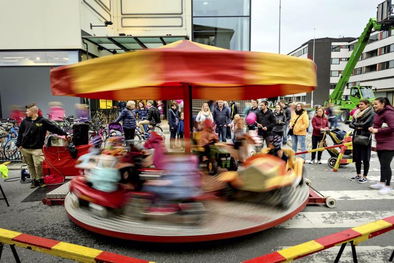 Tivoli Alfredin karuselli HalpaHallin pääovien edustalla viime vuoden Kaupan ja kulttuurin yön tapahtumassa Kokkolassa.