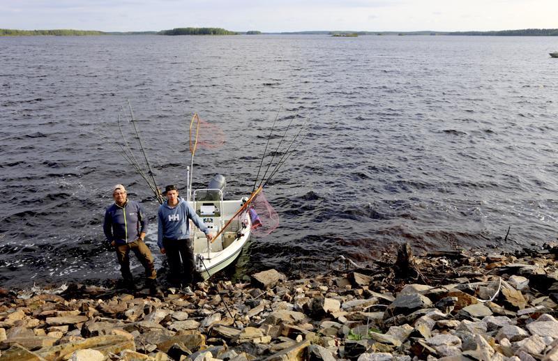 Osakilpailun voittaneet Esko ja Juho Sillanpää veneineen. Tekojärven vesi on poikkeuksellisen matalalla.