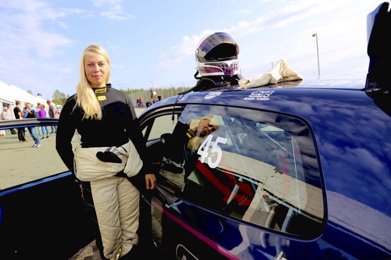 Martina Backfält opiskelee kätilöksi ja ajaa rata-autojen SM-sarjaa V1600-luokassa.