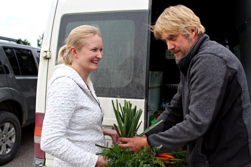 Heidi Järvenpään kassia porkkanoilla ja sipulilla täyttää Jani Lipponen.