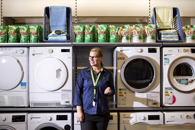 - Suomalaiset ovat mestareita pesuaineiden yliannostelussa, Anu Liedes tietää.