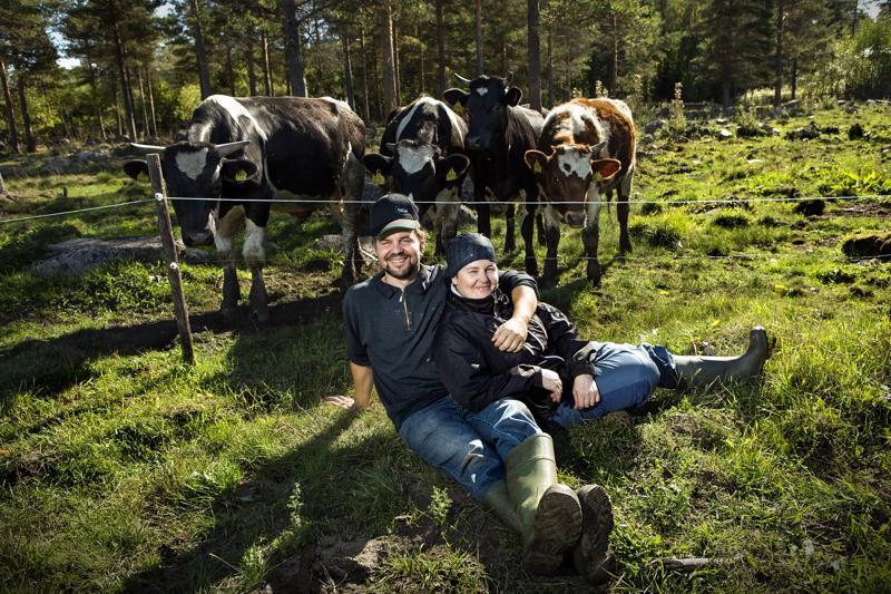 Ilon kautta. Antti Takalo ja Erja Marjakangas tuntevat arjessaan maitotilallisen vaikeudet, mutta mielialaa ne eivät pilaa.