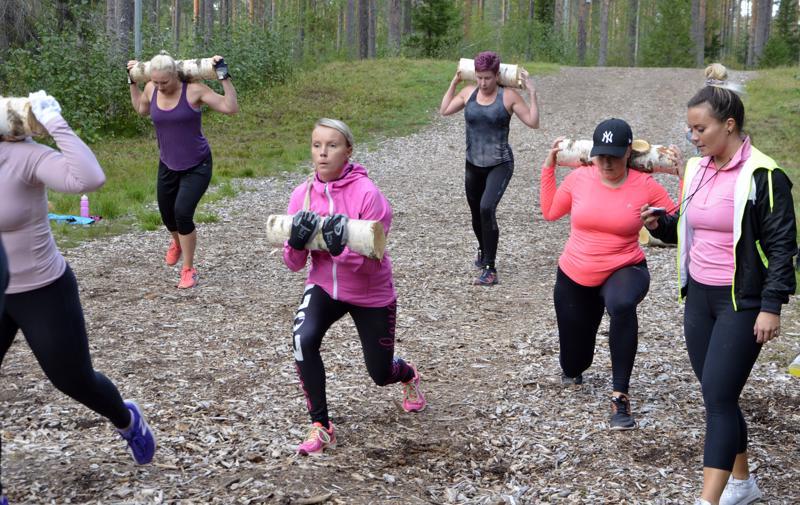 - Askelkyykky takaperin antaa aivoille erilaista ärsykettä, ja parantaa koordinaatiokykyä ja tasapainoa, Anna-Maria Järviluoma (kuvassa oik.) kertoo.