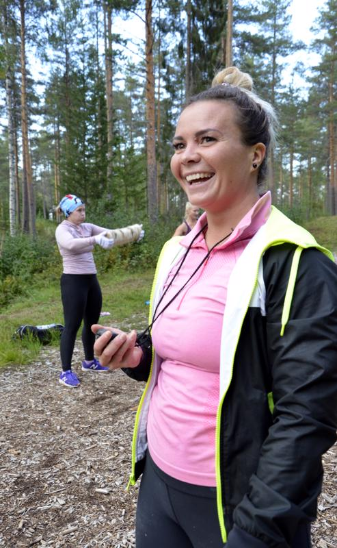 - Yhden liikkeen työaika on puoli minuuttia, Anna-Maria Järviluoma huikkaa.