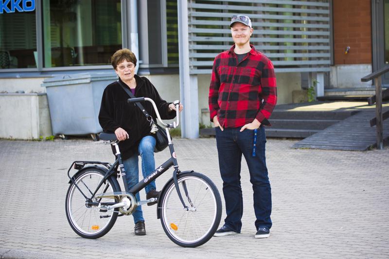 Marja-Leena Laulumaa lähti täyttämään uuden joponsa renkaita, kun Henri Heiska oli luovuttanut palkinnon hänelle.