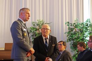Kutsuntalautakunnan puheenjohtaja Juha Taskinen ja sotaveteraani Toivo Kuoppala.