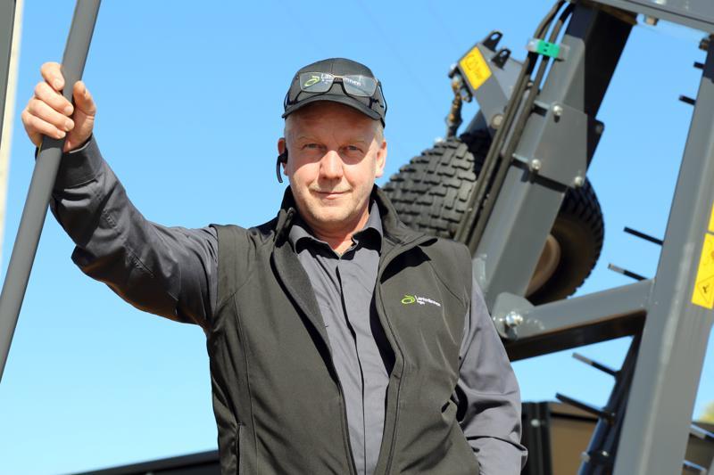 Konemyyjä Seppo Sorvari Läntmannen Agrosta sanoo, että vaikka maatalous on murroksessa, vire on positiivinen. Ne, jotka yrittävät täysillä tulevat menestymään.