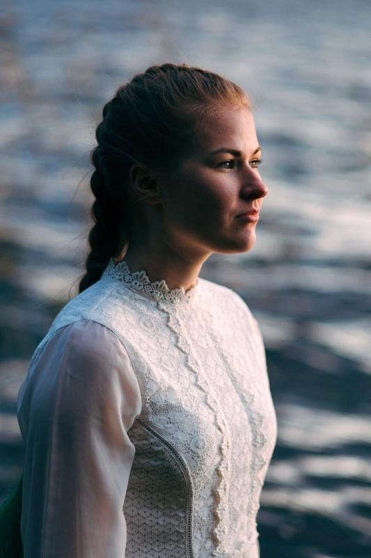 Esikoisrunoteoksen julkaissut perholainen Anna Vehkalampi.