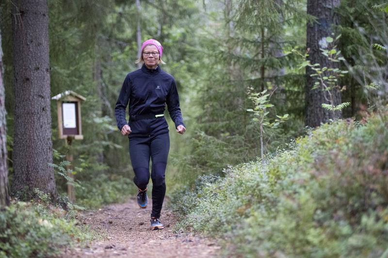Pirjo Poikkimäki nauttii Törmälän poluilla juoksemisesta.