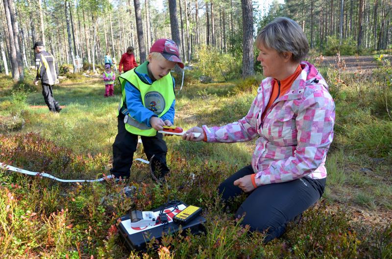 Perhon Satulinnan päiväkodin väki pääsi testaamaan Perhon Kirin hankkimia ajanottolaitteita omalla suunnistusretkellään.  Marianne Ukskoski vastaanotti lapsia maalissa.
