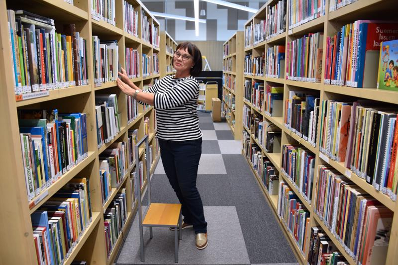 Kirjastovirkailija Sinikka Kurikkala on onnellinen uudesta kirjastosta.