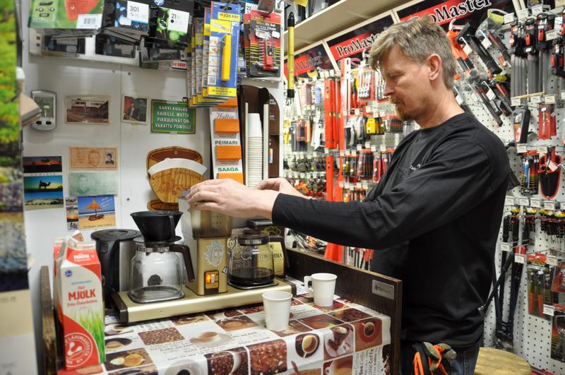 Perhon talouskaupan rautapuolella päivä alkaa kahvinkeitolla. Konetta lataamassa yrittäjä Juha Lampela.