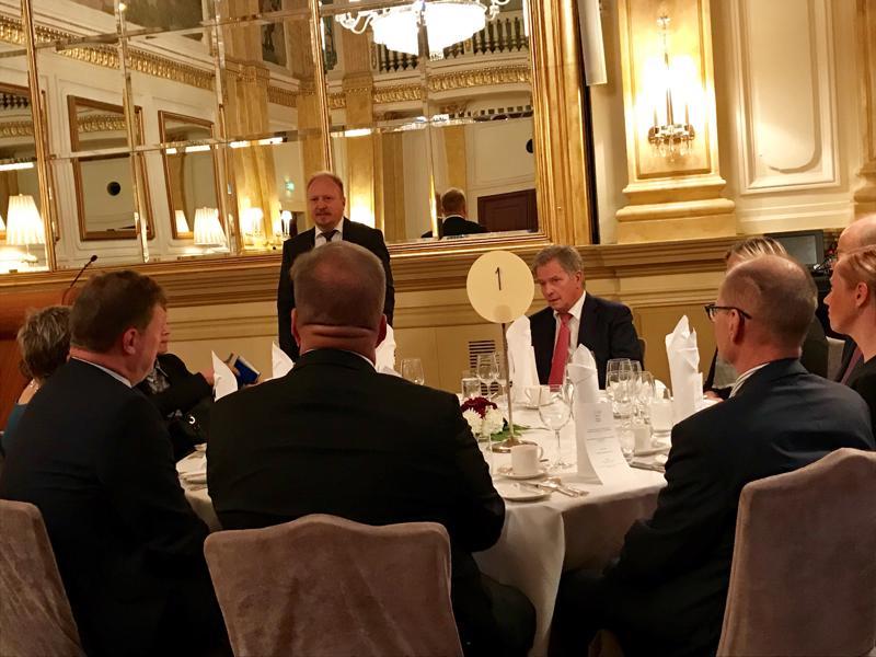 Presidentti Sauli Niinistö oli päätoimittajien yhdistyksen lounasvieraana Helsingin Kämp-hotellin Peilisalissa. Arvovieraan toivotti tervetulleeksi Kauppalehden Arno Ahosniemi.